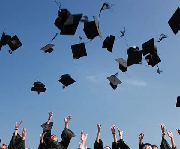 Absolventen feiern ihren Abschluss